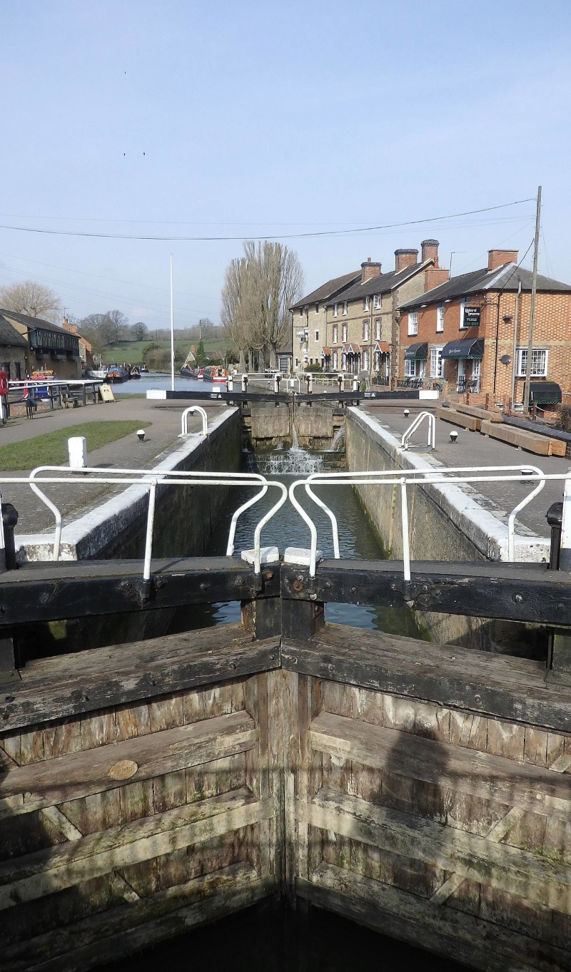 England Travel Inspiration - A Canal Boat Ride in Northamptonshire, one of the cutest villages in England. Looking for Day Trip Ideas, then this cute little village is the perfect place for a family day out - just take a picnic and enjoy the fresh air!